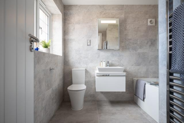 55313 - Main bathroom